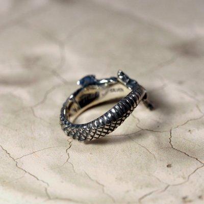 ウロボロスのシルバーリング。「無限」「永遠」の象徴とされる自分の尾を咥えて輪になった竜